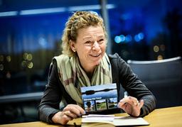 Annemarie Gardshol visar upp fysiska brev med synpunkter hon fått från Postnordkunder.