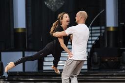 Magdalena Forsberg och Tobias Karlsson övar på en av danserna inför veckans sändning.