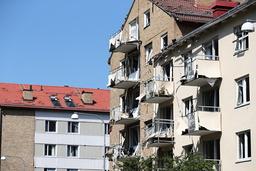 En kraftig explosion har inträffat utanför ett flerfamiljshus i Linköping.