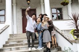 Petter passade på att ta en selfie med artisterna som hunnit anlända till Grå gåsen på lördagen.