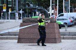 Centralstationen i Malmö har utrymts och spärrats av sedan en hotfull man skjutits av polis.