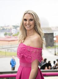 Sanna Nielsen gör sitt fjärde år som programledare i 'Allsång på Skansen'. 'Nerverna finns där. Fjärilarna fladdrar lite lagom, men jag håller dem någorlunda på plats', säger Nielsen.