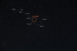 I mitten av den röda ringen ligger stjärnan HD 102956 och runt den kretsar planeten som Sverige får döpa.