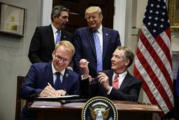 Avtalet undertecknas av USA:s handelsrepresentant Robert Lighthizer, till höger, och Jani Raappana, från EU:s ordförandeland Finland. President Donald Trump och EU:s USA-ambassdör Stavros Lambrinidis ser på.