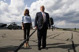 Donald Trump, med hustrun Melania Trump, pratar med medierna i Morristown i New Jersey.