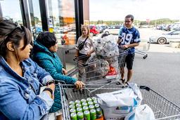 Den snart 20-årige studenten Sheikho Yousef från Tönsberg, Norge, och den tioåriga kusinen Linnea har med sig en hel kundvagn full med pantflaskor från tidigare shoppingturer till Nordby