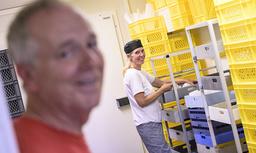 Maria Tuvesson Lindgren förbereder ostformarna på Soldattorpets mejeri. Carlos Lindgren hjälper till i de bitvis stressiga momenten.