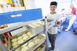 Maria Tuvesson Lindgren och Carlos Lindgren på Soldattorpets mejeri i Hyby vill hålla tillverkningen i liten skala.
