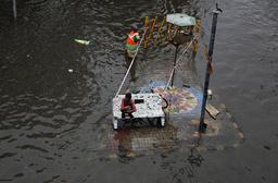 En översvämmad väg i Ahmadabad i den indiska delstaten Gujarat i helgen.