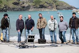 Fiskarna i sånggruppen Fisherman's Friends får ett skivkontrakt i en förutsägbar story. Pressbild.