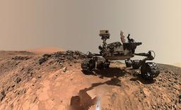 Sedan augusti 2012 undersöker rymdfarkosten Curiosity Mars yta, som kan liknas vid en kall stenöken. På denna bild syns Curiosity på en 'selfie' tagen fem veckor efter att den hade landat i en krater på Mars. Arkivbild.