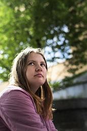 'Man kan vara själv för att man har valt det, men det är bra att fråga, för det är jobbigt att vara själv när man egentligen vill vara med andra', säger Rebecca Carlsson, vars grundskoletid präglades av ensamhet och utanförskap.
